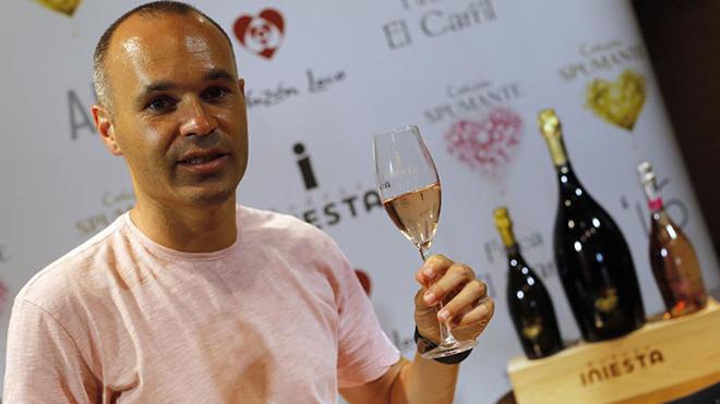 Iniesta gia nhập CLB cũ của Lê Huỳnh Đức, nhận lương khủng và... bán rượu