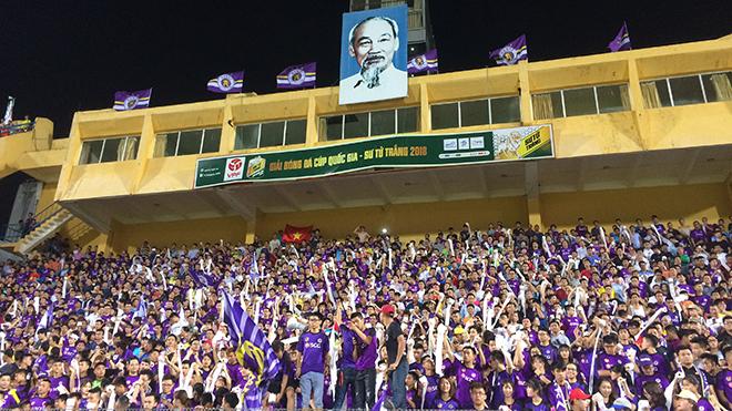 CĐV Hà Nội FC ném giấy vệ sinh trắng xóa một góc sân Hàng Đẫy