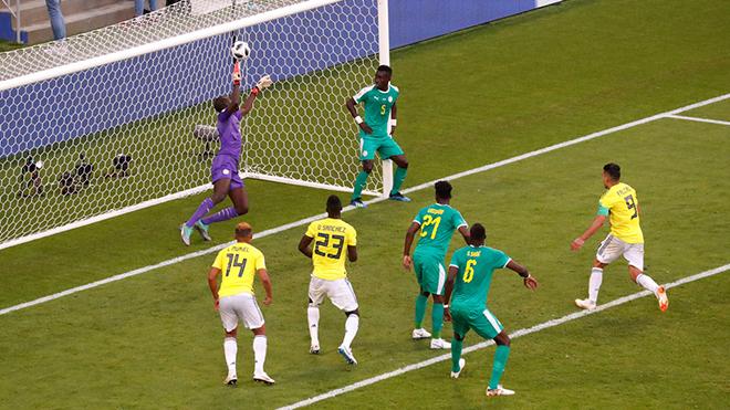 VIDEO: Cầu thủ Senegal đứng chống hông thư giãn nhìn Colombia ghi bàn gây bức xúc