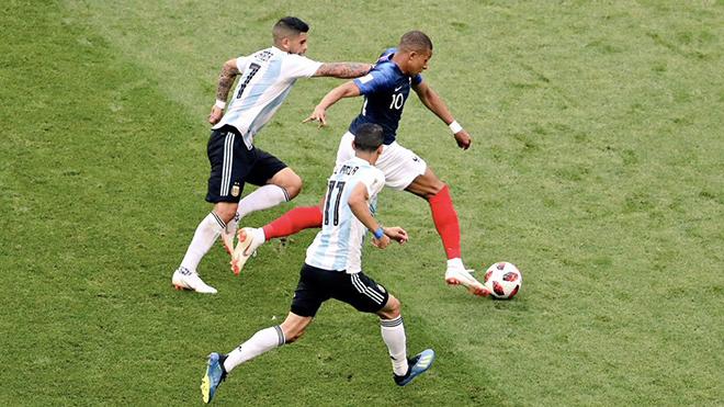 Mbappe quá nhanh, quá khỏe, buộc Rojo phải phạm lỗi dẫn đến phạt đền