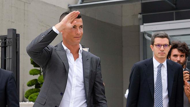 Cristiano Ronaldo ra mắt Juventus: Lịch trình cụ thể và hàng vạn người chào đón