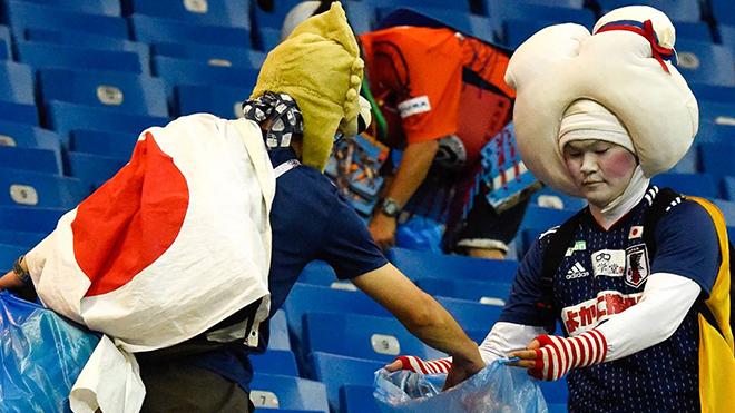 CĐV Nhật Bản nén nỗi buồn, nhặt rác trên khán đài khiến cộng đồng quốc tế thán phục
