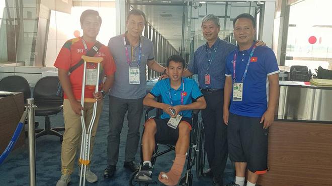 Chiều nay Hùng Dũng trở về Việt Nam điều trị chấn thương
