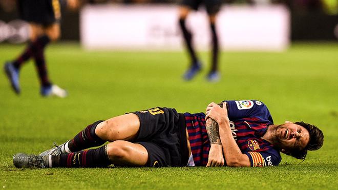Messi gãy tay, chấn thương nặng, vắng mặt trận Kinh điển với Real và Inter Milan