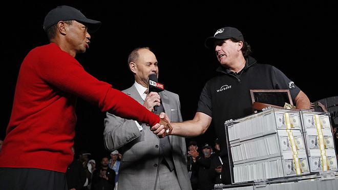 Tiger Woods bất ngờ thất bại trước Phil Mickelson trong trận golf 9 triệu USD