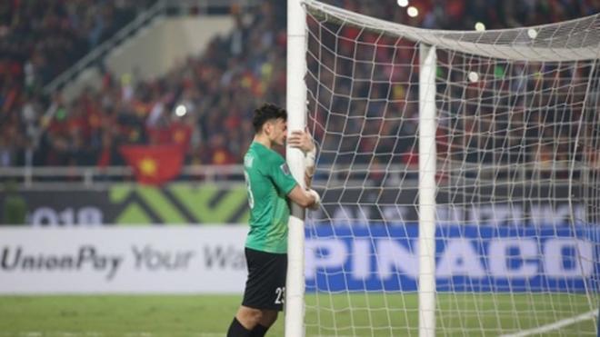 Xúc động khoảnh khắc Văn Lâm ôm khung thành khóc khi Việt Nam vô địch AFF Cup 2018