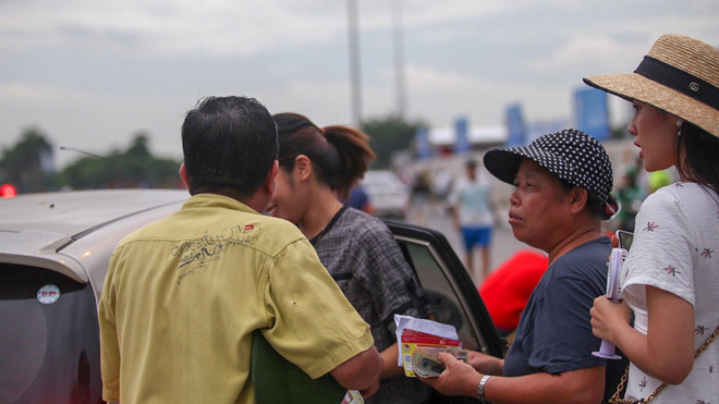 Vé 'chợ đen' trận Việt Nam vs Philippines giảm mạnh sau khi 11 phe vé bị bắt giữ