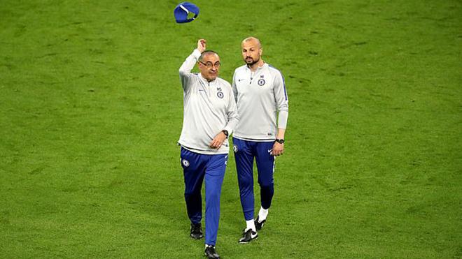 SỐC: Maurizio Sarri nổi cáu,ném mũ, đùng đùng bỏ vào đường hầm khi Chelsea đang tập luyện