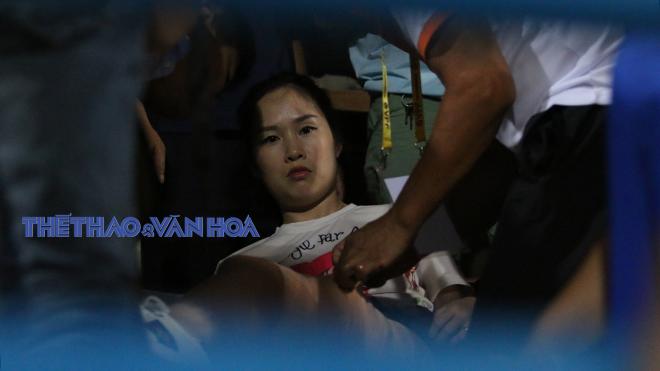 Khán giả nữ bị CĐV Nam Định bắn pháo chảy máu đùi, lên xe cấp cứu khẩn cấp