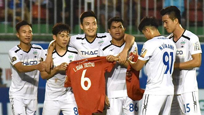 CĐV trầm trồ với pha chạm bóng như Berbatov của Tuấn Anh cho Minh Vương ghi bàn