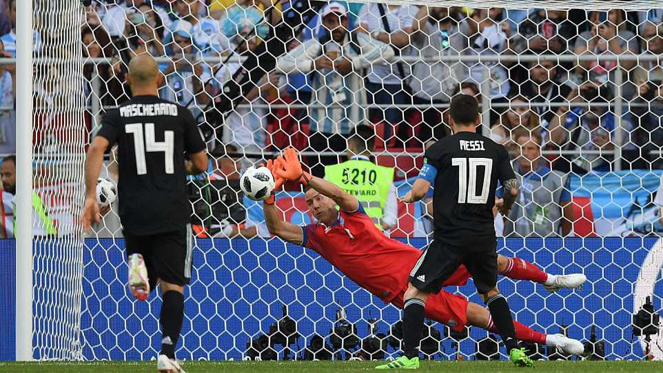 Messi bất lực, đá hỏng penalty khi đối mặt thủ môn vốn là đạo diễn phim
